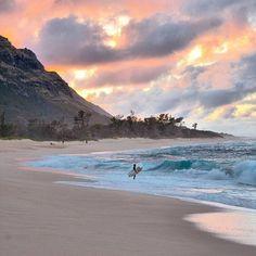 Sunset in Mokuleia, Hawaii on Oahu Hawaii Vacation, Hawaii Travel, Beach Trip, Dream Vacations, Hawaii Hawaii, Bali Travel, Vacation Travel, Destination Voyage, Sea And Ocean