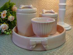 Kit de porcelana com bandeja . PODE SER FEITO EM OUTRAS CORES 1 bandeja 2 potes com laço 1 molheira R$ 160,00