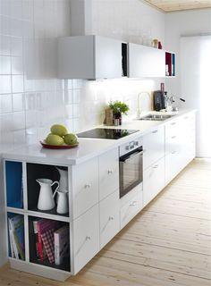 ikea - barevné poličky v kuchyni