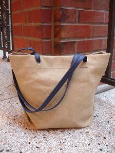 Tasche aus Segeltuch und dunkelblauen Ledergriffen