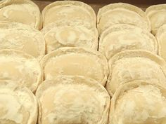 Ravioli ai funghi porcini #ricettedisardegna #recipe #sardinia #pasta #mushroom Tortellini, Sardinia, Italian Style, Relleno, Risotto, Snack Recipes, Bread, Cheese, Cooking