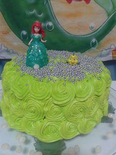 Bolo Ariel com flores em glacê verde e personagens decorando. #bolo #boloariel #arielparty #festaariel