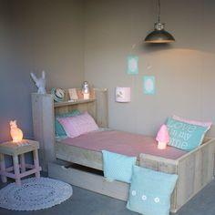 #Steigerhouten #Meisjeskamer | Zomerzoen.nl in pastel blauw mint en roze. Girls room in blue pink and mint