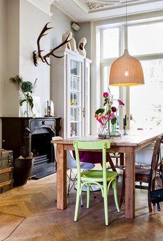 Misturar mobiliários de cores e formatos diferentes, tem sido uma aposta certeira e definitivamente, veio para ficar e trazer mais descontração e personalidade aos ambientes.  (crédito imagem: misinterior)