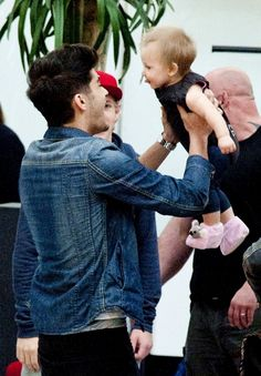 Sorry about all the pics of Lux guys Xx But you have to admit, she is super adorable <3 Zayn Malik and Lux Atkins at the airport a few days ago. It's just so cute! ^.^ He would be an amazing dad <3 Xx One Direction