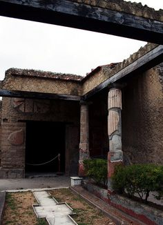 Herculaneum - Casa dell'Atrio Corinzio 1 The garden of the Casa dell'Atrio Corinzio in Herculaneum Ancient Pompeii, Pompeii And Herculaneum, Ancient Art, Ancient History, Atrium, Roman City, Minoan, Archaeological Site, Ancient Greece