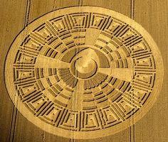 Crop Circles & The Mayan Connection ! Crop Circles, Aliens And Ufos, Ancient Aliens, Ancient History, Circle Art, Circle Design, Nazca Lines, Alien Art, Land Art