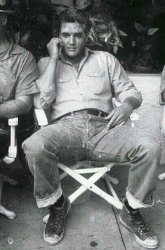 Elvis Presley - before we ever heard the term 'man-spreading' Wish we had never heard of such a thing. It's so ridiculous. Rock And Roll, Young Elvis, Elvis Presley Young, Elvis Presley Priscilla, Elvis Presley Photos, Rare Elvis Photos, Star Wars, Graceland, My King