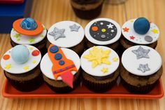 Festa infantil com tema astronauta. Peças da Pop Mobile ficaram lindas na mesa de doces, que teve três bolos e muitos docinhos 3rd Birthday Cakes, Baby Birthday, Birthday Party Themes, Birthday Sweets, Astronaut Party, Alien Party, Ideas Decoracion Cumpleaños, Space Cupcakes, Outer Space Party