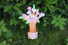 So this time we did make a 'love tree'. From the front it's a funny pieces with a lot of loving hearts. But turning it around, you can see our girls small hand being the base of the tree with her fingers becoming the branches. Especially the back shows how you can make this piece of your own and it's very easy to make. The surprised reaction of her father when she gave it to him was much bigger than expected and he enjoys it very much!