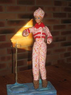 Bonjour à tous et à toutes, Cette fois je vous présente une combinaison de ski pour notre barbie, c'est la première que je lui tricote, je ne suis pas mécontente du résultat, J'ai réussi à marquer sa taille fine, j'ai comme celle de ken caché le bouton,... Crochet Barbie Clothes, Doll Clothes, Barbie Et Ken, Ooak Dolls, Skiing, Free Pattern, Dressing, Comme, Knitting