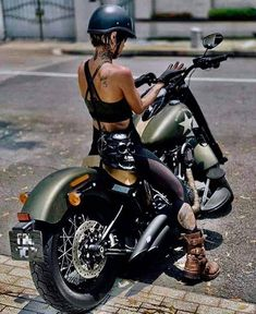 - for the best bikerchicks on Customs, Cafe racers & Choppers👌🏻 Scooter Motorcycle, Motorbike Girl, Motorcycle Outfit, Motorcycle Girls, Cafe Racer Girl, Custom Cafe Racer, Lady Biker, Biker Girl, Motard Sexy