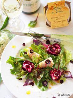 salatka-z-serem-plesniowym-burakiem-i-sosem-z-kwiatami-czarnego-bzu