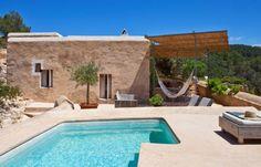 In una pineta affacciata sul mare di Ibiza, immersa nella vegetazione e circondata da oltre 10.000 mq di terreno, una vecchia casa rurale è diventata la casa vacanze di un fotografo e una designer.