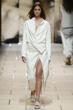 Trussardi Spring 2016 Ready-to-Wear Collection Photos - Vogue 2016 Fashion Trends, Fashion Week, Runway Fashion, Fashion Models, Spring Fashion, Girl Fashion, Fashion Show, Fashion Design, Robyn Davidson