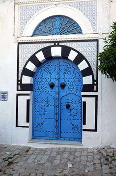 Les portes richement décorées - Sidi Bou Said, Tunisie - voyage, tourisme, histoire et culture Sidi Bou Said, Cultural Architecture, Architecture Details, Old Doors, Windows And Doors, Tunisia Africa, Morocco Travel, Unique Doors, Amazing Buildings