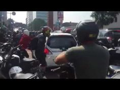 TABRAK LARI di Bandung, Honda Brio Dikejar Warga