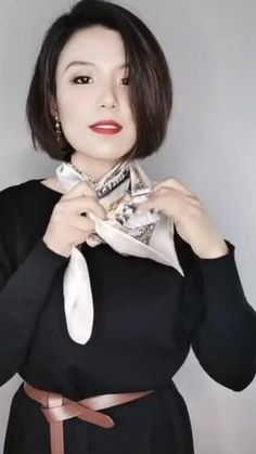 Ways To Wear A Scarf, How To Wear Scarves, Scarf Knots, Estilo Fashion, Scarf Design, Mode Outfits, Silk Scarves, Scarf Styles, Classy Outfits