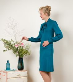 Petrol-farbenes knielanges Kleid mit Schleifenkragen / simple but elegant midi dress with bow, petrol by Jekyll und Kleid via DaWanda.com