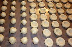 Malé koláčky z hladké mouky, másla a taveného sýra zdobené různými marmeládami, tvarohem či makovou nebo povidlovou náplní, upečené v troubě, nakonec obalené v cukru smíchaném s vanilkou.