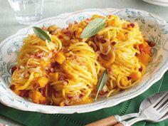 Spaghetti in cremiger Kürbissoße mit Salbei und Speck Rezept | LECKER