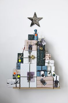Unsere Geschenkpapiere um leere Kartons geschlagen - fertig ist das Wandobjekt. Auch eine tolle Idee für einen Adventskalender. Hänger, Dekoration, Weihnachten, Geschenke, House Doctor