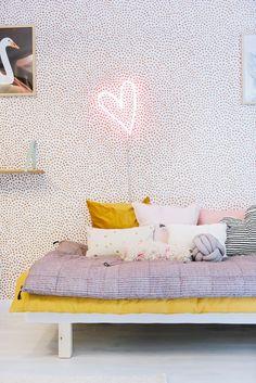 Amazing wallpaper + neon in kids room