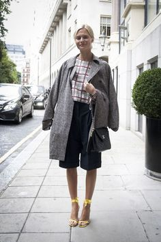 Love the bermuda shorts and a menswear coat with the prettiest kind of ankle-strap sandals and plaid shirt. Uk Street Style, Spring Street Style, Cool Street Fashion, Street Chic, Street Styles, Autumn Winter Fashion, Spring Fashion, 2014 Trends, Silhouette