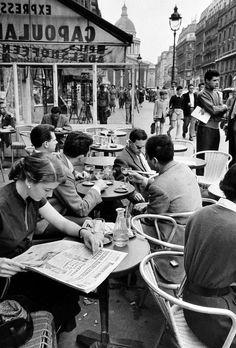 Boulevard Saint Michel, Paris, Photo by Inge Morath History Of Photography, Vintage Photography, Street Photography, Classic Photography, Vintage Italy, Vintage Paris, Vintage Cafe, Black And White Photo Wall, Black And White Photography