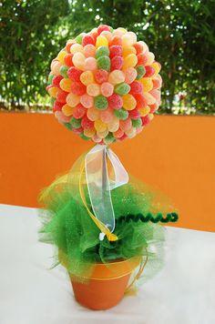 Topiario con gomitas azucaradas, con una altura aproximada de 41 cms, $100 MXN