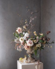 Pretty floral arrangement for wedding inspo Vintage Flower Arrangements, Summer Flower Arrangements, Flower Arrangement Designs, Vase Arrangements, Beautiful Flower Arrangements, Floral Centerpieces, Flower Vases, Beautiful Flowers, Winter Wedding Flowers