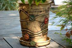 knoflíkový květináč obří-na obj!!! obal je keramický ze šamotu. Zdoben knoflíky ze všech stran v36,5 cm průměr u horního okraje26 cm je vhodný do bytu i na ven. je šamotový a pálen na vysoký stupeň cena je i s podmiskou