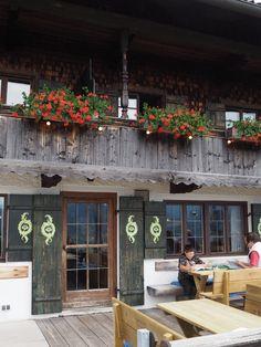 Der LIEBERHOF liegt oben am Berg mit Blick über den Tegernsee in einem alten Klosterhof. Es wird
