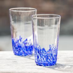 We love Chicago so we decided to make a pint glass that represents that.   Each Chicago Star Pint Glass is hand blown using traditional glassblowing methods. These glasses feature a 6 pointed red star with a blue circle encasing the star cascading up the pint glass in a confetti pattern. Each g...