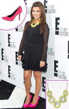 Kourtney Kardashian luce radiante su pancita en un vesito negro y le da color a su look con unos zapatos rosados neon y un collar amarillo