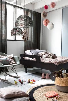 10 Habitaciones infantiles con cestas de mimbre, inspiración para añadir este elemento funcional y decorativo. Tendencia decoración infantil.