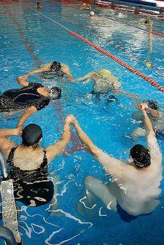 Nezahualcóyotl, Méx. 12 Mayo 2013. Hombres y mujeres policías reciben su clase de natación con tres distintos instructores en la alberca semiolímpica del DIF Municipal.