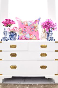 Chinoiserie chic home decor and accessories by Monica Benavidez Home. Featuring tobacco leaf china, Staffordshire dogs, blue and white ginger jars! Source by Decor chic Staffordshire Dog, Dog Rooms, Decorated Jars, Ginger Jars, White Decor, Home Interior, Home Decor Inspiration, Kitsch, House Colors