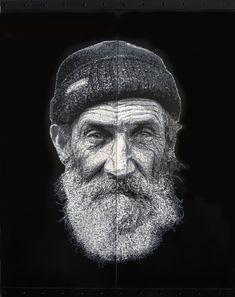 Vieil homme barbu, avec un bonnet (Peinture), 76x60x5 cm par Olivier CARPENT Pochoir entièrement découpé à la main (10 matrices) & peint à la bombe aérosol (9 nuances de gris) sur deux étagères métalliques.
