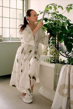 Mit dem Marimekko Unikko Bademantel Beige F/S 20 wird es so richtig bequem. Der schöne Bademantel aus einem luftig leichten Baumwoll-Leinen-Gemisch ist Teil einer limitierten Auflage für das Frühjahr 2020 und wird von dem weltberühmten Unikko-Mohnblumenprint der Designerin Maija Isola geschmückt. Der in S/M oder L/XL erhältliche Bademantel besitzt zwei praktische Taschen und einen abnehmuaren Gürtel. #found4you #marimekko #Unikobademantel #bademantel #unikko #design #MarimekkoFS20 Marimekko, Designer, Fashion, Linen Fabric, Bathing, Bags, Nice Asses, Moda, Fashion Styles