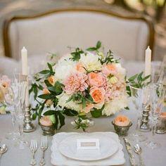 Addobbi floreali e decorazioni per il ricevimento di nozze - Allestimento centrotavola con dalie
