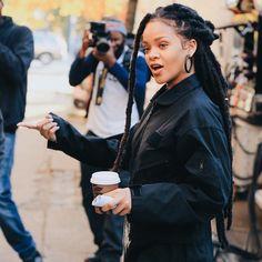 November Rihanna on set of 'Ocean's Eight' movie in NYC. Best Of Rihanna, Looks Rihanna, Mode Rihanna, Rihanna Style, Rihanna Fenty, Rihanna Outfits, Rihanna Dreadlocks, Estilo Rihanna, Faux Dreads