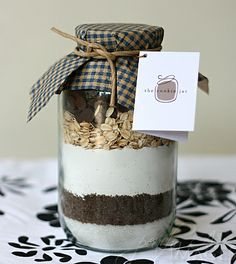 Jar of Cookie Mix as party favor for a Milk & Cookies theme party. Mélanges Pour Cookies, Milk Cookies, Cookies Et Biscuits, Sos Cookies, Chocolate Chip Cookie Mix, Chocolate Chip Oatmeal, Mason Jar Meals, Meals In A Jar, Peach Kitchen