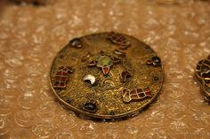 Fibule discoïde, vers 600 après J.-C., provenant de Baslieux, en argent, grenat, or et verre (technique du cloisonné et du filigrané) (C) MAN / P. Fallou