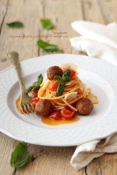 Spaghetti con pomodorini, polpettine di melanzana e scaglie di pecorino.
