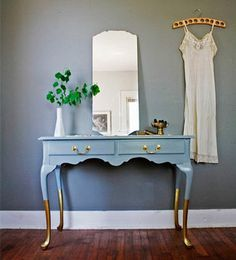 Give Your Home the Midas Touch: Gold Decor - Decoration Refurbished Furniture, Paint Furniture, Repurposed Furniture, Furniture Projects, Furniture Making, Diy Old Furniture Makeover, Trendy Furniture, Vintage Furniture, Diy Projects