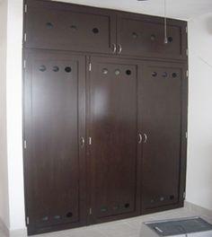 Closet con puertas todo en color chocolate