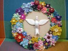Aulas de fuxicos variados - dia 10 de julho R$ 30,00  Quadro divino com fuxicos dia 12 de julho  R$ 30,00 Diy Wreath, Burlap Wreath, Cd Diy, Sewing Projects, Projects To Try, Diy And Crafts, Arts And Crafts, Flower Crafts, 4th Of July Wreath