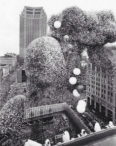 """1998 ed. of Guinness book says, """"The largest ever mass balloon release was one of sponsored by United Way at Public Square in Cleveland, O. Guy Fawkes, Rms Titanic, Rafael Urdaneta, Old Photos, Vintage Photos, Vintage Pins, Balloon Release, Wisconsin, Michigan"""