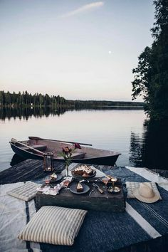 Moon Picnic in Sweden at the Lake & a delicious Rhubarb-Lingonberry-Cake with M. - Moon Picnic in Sweden at the Lake & a delicious Rhubarb-Lingonberry-Cake with Meringue - Cute Date Ideas, Dream Dates, Photo Images, Romantic Picnics, Romantic Dates, Romantic Proposal, Romantic Ideas, Romantic Food, Romantic Surprise